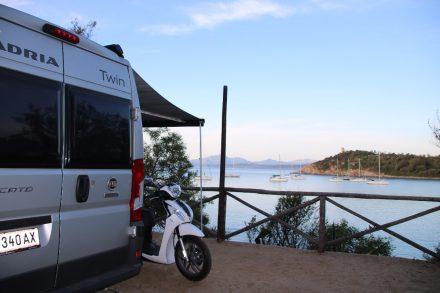 Mit Blick auf die Bucht wohnt man auf den Terrassenplätzen des Camping Telis