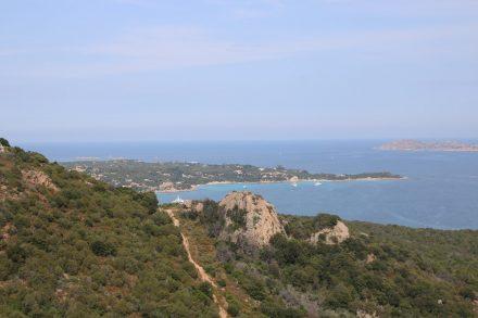 Blick über die Baia Sardinien und Capo d'Orso