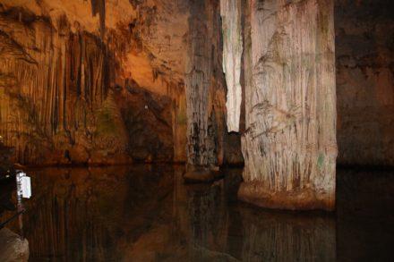 Der Salzwassers in der Grotte di Nettuno ist mit dem Meer verbunden