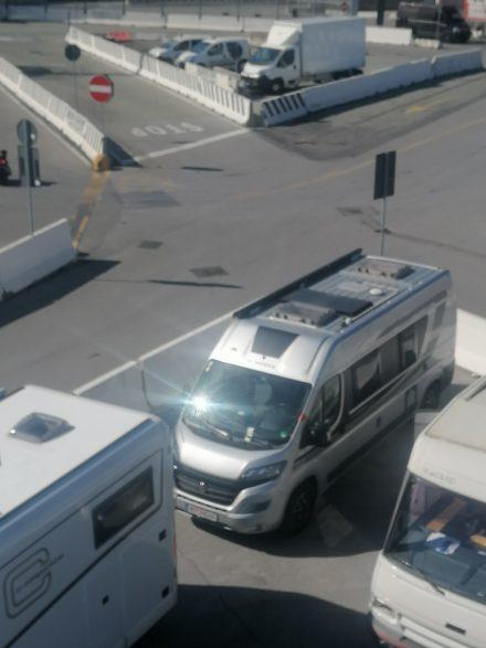 Am Hafen in Genua wartet der Ducato Twin auf die ca. 11 stündige Überfahrt nach Sardinien