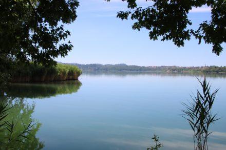 Teilweise kann man den Lago di Annone auf einem schönen Uferweg umrunden