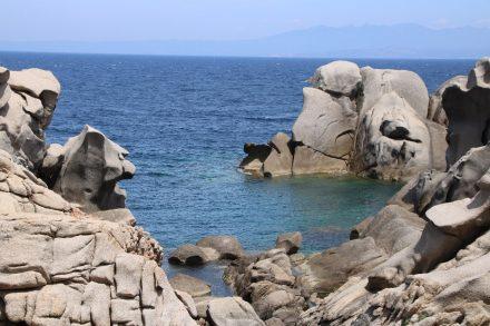 Badetümpel am Capo Testa zwischen Granit-Skulpturen