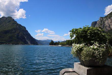 Man kann sich am tiefblauen See und den steilen Bergen gar nicht satt sehen