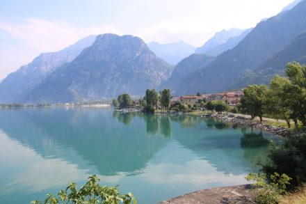Wunderschön wird der Comer See von den Bergen bewacht