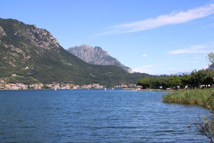 Beim Blick über den Lago di Garlate sieht man am Ostufer den Camping Rivabella