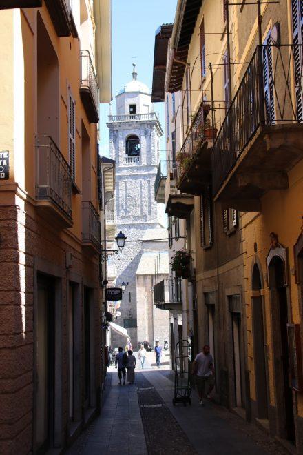 Durch die dunklen Gassen von Bellagio spitzt der Kirchturm von San Giacomo