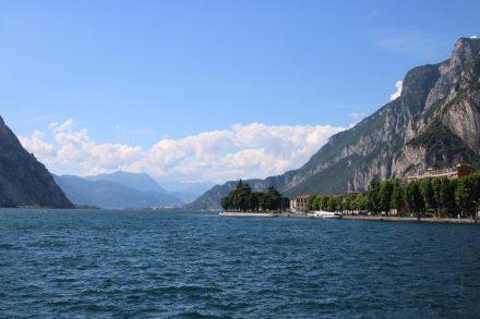Der Comer See mit Uferpromenade und felsigen Bergmassiven
