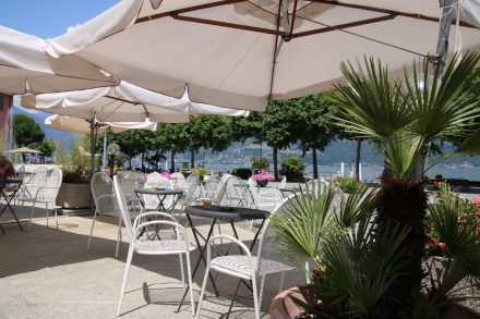 Cafés und Restaurants säumen den Hauptplatz von Colico
