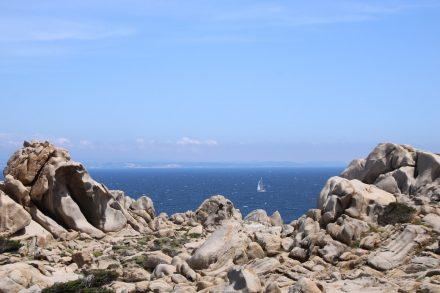 Granitskulpturen und blaues Meer im Norden Sardiniens