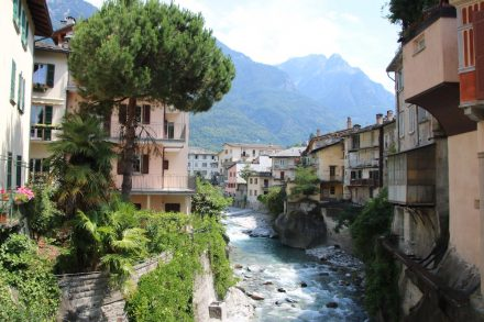 Der Fluss Mera schlängelt sich durch Chiavenna und dann durch die Ebene bis zum Lago di Mezzola