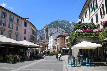 Was für ein Postkartenmotiv - die Innenstadt von Lecco mit Kirche San Nicolo und den Bergen