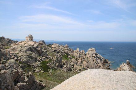 Zwischen den Granitformationen thront der Leuchtturm am Capo Testa