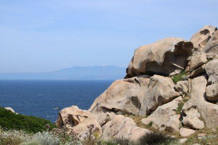 Blick auf Korsika vom Capo Testa aus