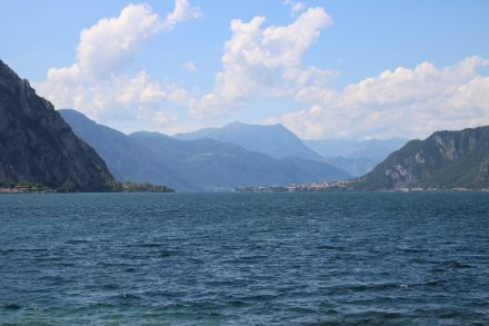Die tiefblauen Fluten des Lago di Lecco, Seitenarm des Comer Sees
