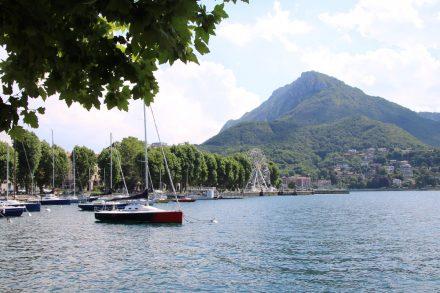 Die Uferpromenade von Lecco mit Bootshafen und Riesenrad