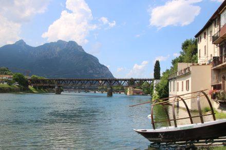 Drei Brücken führen über den Lago di Lecco in die Stadt