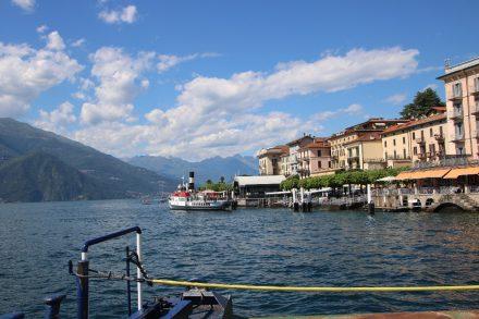 Hotels, Geschäfte und Restaurants reihen sich in den bunten Häusern entlang des Lago di Como