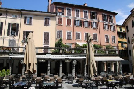 Die Fußgängerzone von Lecco mit bunten Häusern, Cafés und Restaurants