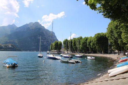 Malerisch und mit einer Allee schmiegt sich die Bucht von Lecco an den See