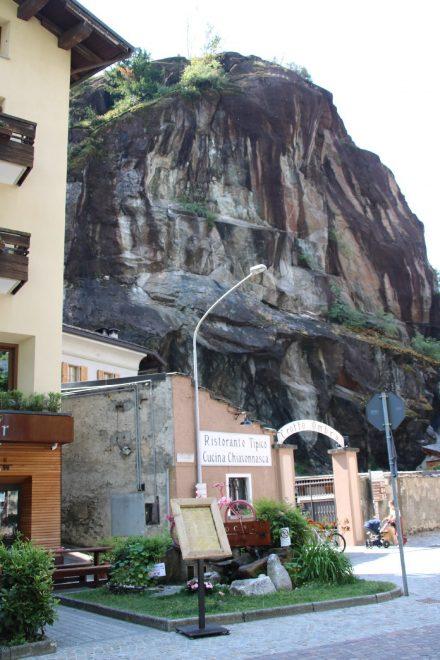 Das Ristorant Crotto Ombra in Chiavenna mit schönem Garten direkt unter den Felsen