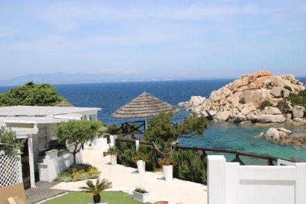 Direkt am Capo Testa lockt diese stylische Bar mit Meer-Blick und Karibik-Feeling