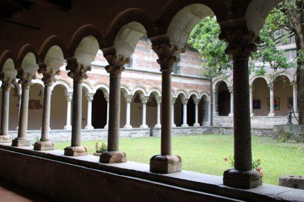 Der gut erhaltene Kreuzgang des Klosters Abbazia di Santa Maria di Piona