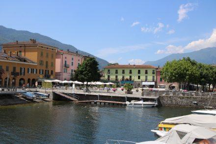 Der kleine Hafen und die bunten Häuser prägen das Stadtbild von Colico