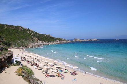 Von helltürkis bis dunkelblau schillert das Meer vor dem Stadtstrand von Santa Teresa di Gallura