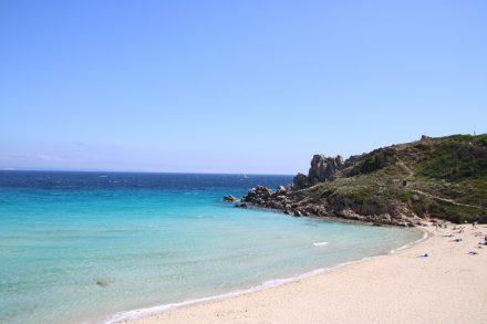 Der weiße Sandstrand bei Santa Teresa di Gallura im Norden Sardiniens