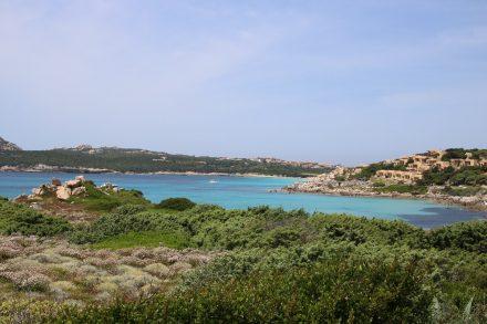Auch rund um Santa Teresa di Gallura schimmert das Meer in allen Türkisfarben