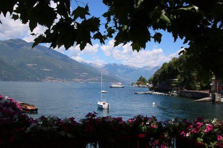 Blick vom Café in Varenna über den See bis zur Schiffs-Anlegestelle
