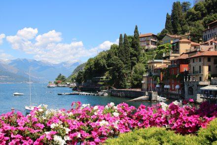 Bunte Blumen und glasklares Wasser in Varenna am Comer See