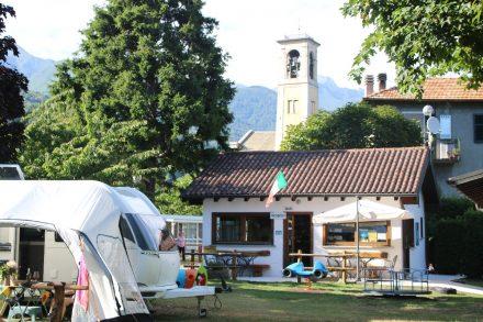 Die Rezeption des kleinen, grünen Camping La Breva in Dongo