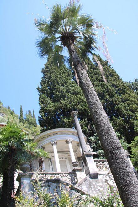 Eine Gedenkstätte im zauberhaften Garten der Villa Monastero